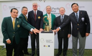 Officials from the APGC, Masters, R&A and the Hong Kong Golf Association announce the location of the 2015 Asia-Pacific Amateur Championship. From left: David Hui, Captain of Clearwater Bay and Honorary Chairman of the Hong Kong Golf Association, Wyman Li, Chairman of Clearwater Bay, Dr. David Cherry, Chairman of the Asia-Pacific Golf Association, Billy Payne, Chairman of the Augusta National Golf Club and the Masters, Peter Dawson, Chief Executive of the R&A, and Ning Li, President of the Hong Kong Golf Association (photo by Dave Tease/AAC)